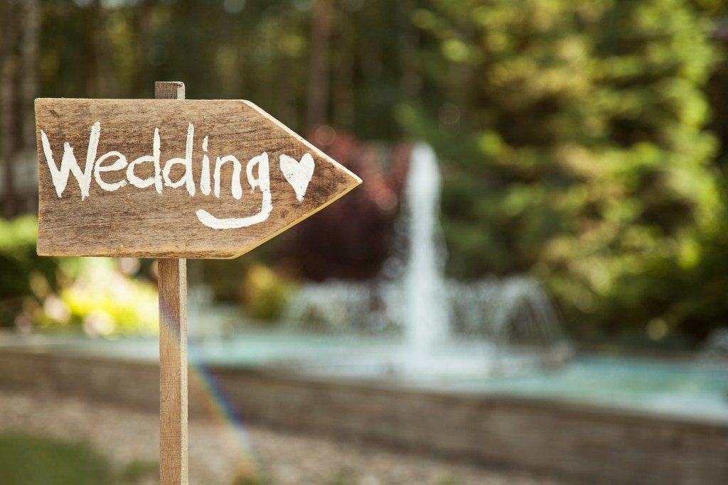 Wooden plaque with the Wedding inscription
